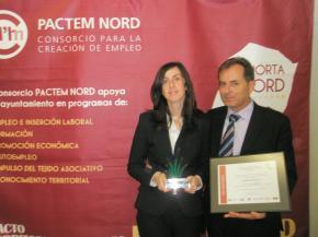 Vicente Puchol y Rosa María Piquer recogiendo el Premio Pactem Nord