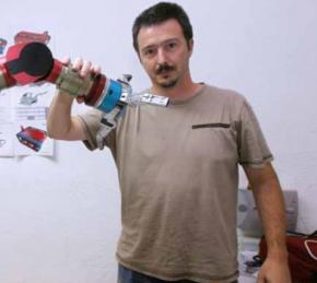 Roberto Guzmán con uno de sus robots