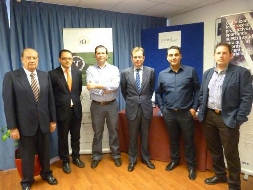 El equipo de Axontec posa junto a Jesús Casanova, Raúl Royo y Joaquín Ríos