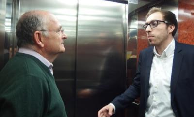 Un joven emprendedor, con su mentor, trata de vender su producto en el ascensor del Ateneo Mercantil.n una de las pruebas (fuente El Mundo- A.M.)