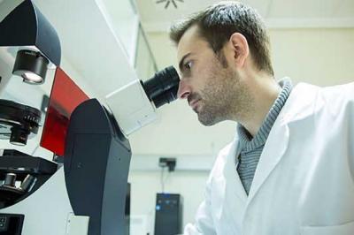 Javier Gilabert en el microscopio