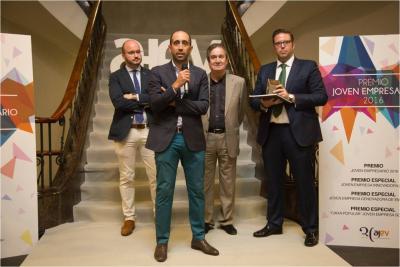 Maxi Gavilan, acompa�ado por Fermin Albadalejo, secretario general de CEAJE, Paco �lvarez, DG Econom�a y Jose Vicente Villaverde, presidente de AJEV