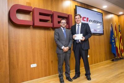 Raúl Royo entrega el galardón a Emilio Mateu, Director Gerente de TCI Cutting #25añosceei