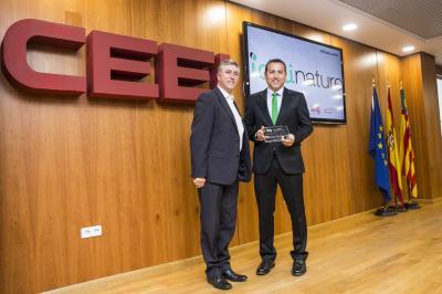 Carlos Ledó, CEO de Idai Nature, recoge el reconocimiento @25añosceei de Rafael Climent