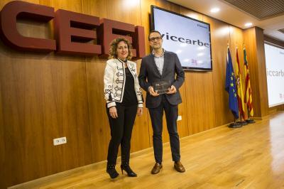 Daniel Benedito, CEO de Viccarbe, recoge el reconocimiento @25añosceei de Julia Company