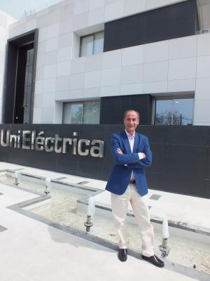 Diego Montes ante la sede de UniEléctrica