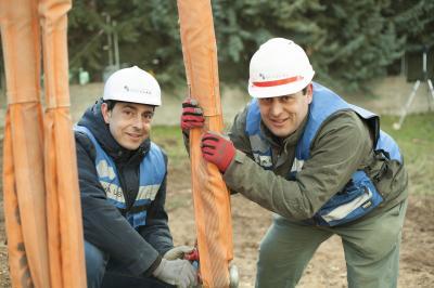 Ruben y Sergio Navarro, arquitectos y desarrolladores de Casas inHaus, durante la implantación de una vivienda