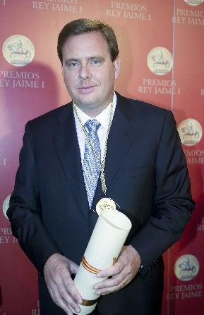 Emilio Mateu con el Premio Jaume I que recibió en 2010