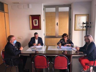 El presidente del CEEI ELCHE, José Javier García, firma el convenio junto a la alcaldesa de Bigastro, Teresa Mª Belmonte